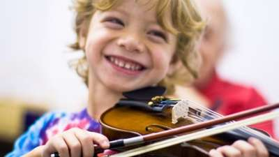 smiling-child-playing-violin